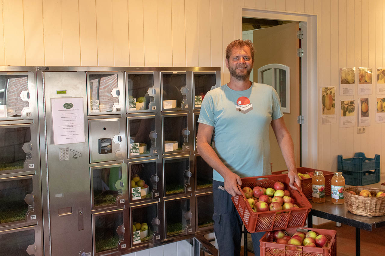 Kom op je fietstocht door Brabant langs biologische boomgaard Hoeve de Heivelden in Boekel voor fruit uit de dagelijks geopende automaat